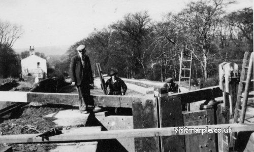 Men at work on Lock number 7, approx. 1920s.